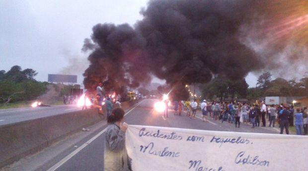 Manifestantes bloqueiam BR-101 em Araquari, Norte do Estado