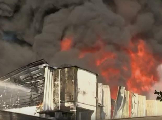 Bombeiros trabalham por 12 horas em combate a incêndio em Blumenau