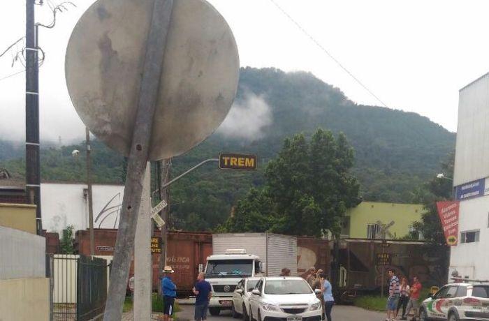 Acidente entre caminhão e trem em Jaraguá do Sul