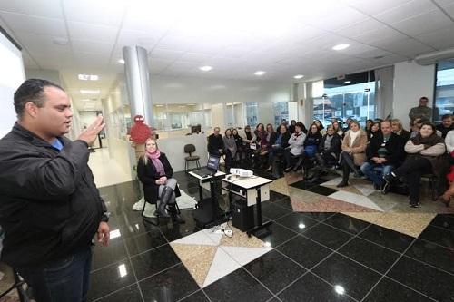 Primeiro professor surdo da rede fala sobre ensino de Libras