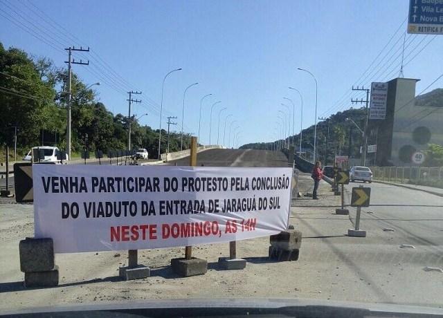Manifestação ocorre neste domingo (12) em viaduto de Jaraguá do Sul