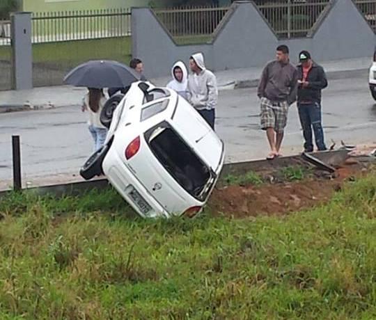 Carro perde o controle no Três Rios do Sul