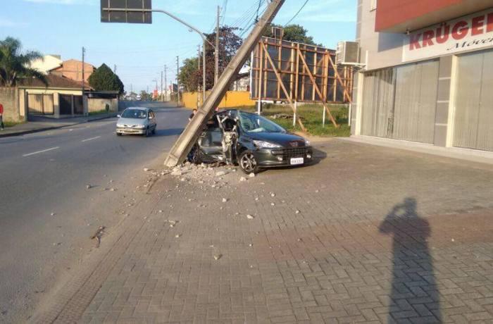 Carro bate em poste em Jaraguá do Sul