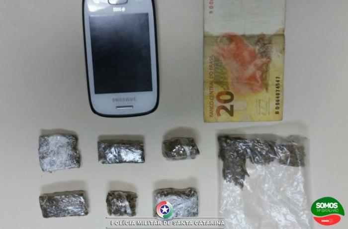 Em Schroeder abordagem resulta em prisões por posse e tráfico de drogas