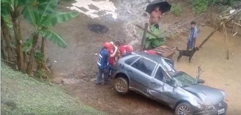 Carro capota e cai em barranco em Guaramirim