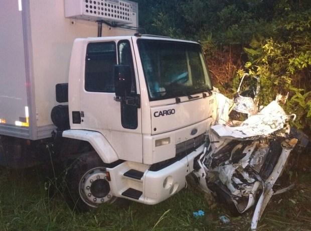 Cinco morrem e carro fica destruído após batida com caminhão em SC