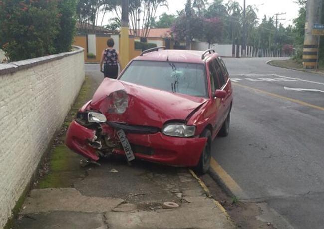 Motorista bêbado bate em poste no Jaraguá Esquerdo