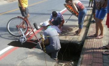 Ciclista cai em buraco na rua em Jaraguá do Sul