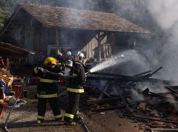 Casa pega fogo e três crianças morrem em Pomerode