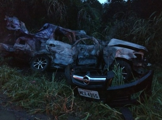 Quatro morrem carbonizados após batida entre carro, moto e caminhão