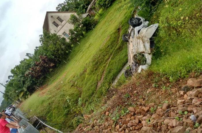 Carro capota na SC-110, em Jaraguá do Sul