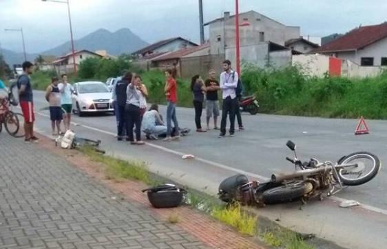 Motociclista fica ferido em acidente no bairro Centenário, em Jaraguá