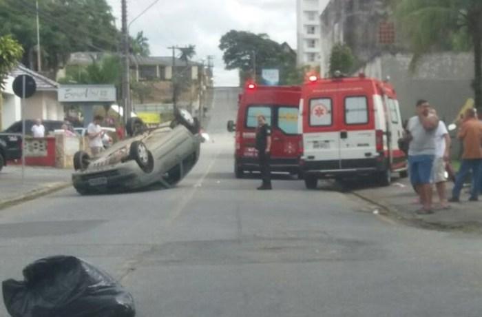 Criança é socorrida após capotamento de carro em Jaraguá
