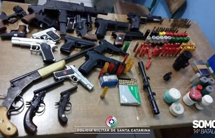 PM apreende arsenal de armas no Rio Cerro II