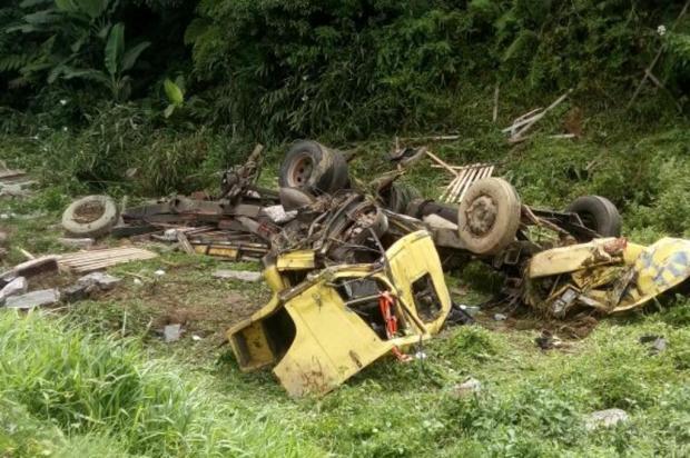 Caminhão capota na BR-376 em Guaratuba