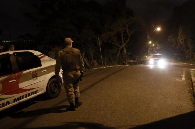 Florianópolis tem noite de ataques a bases policiais e intenso tiroteio