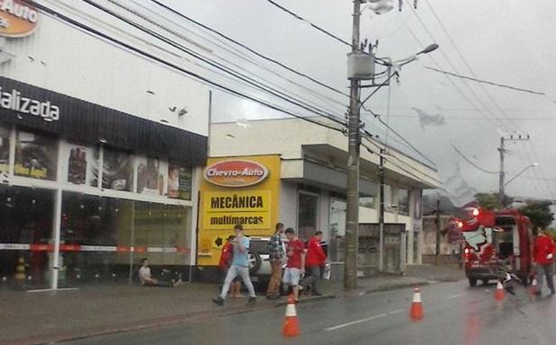 Carros batem em muro na Vila Lalau e em poste na Barra do Rio Molha