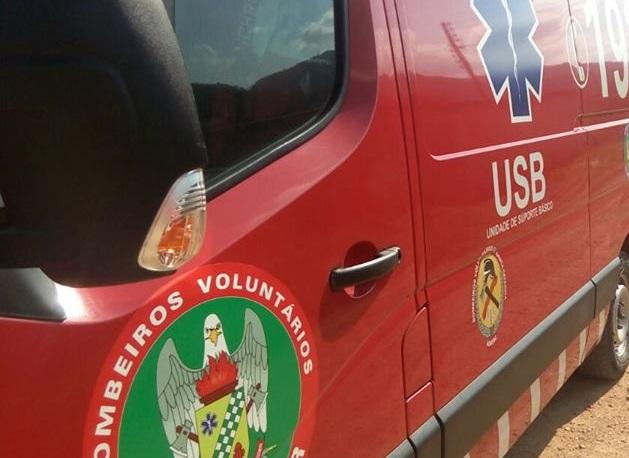 Bombeiros de Schroeder atendem queda de moto, acidente de trabalho, emergência médica e colisões em poste e em palmeira no fim de semana