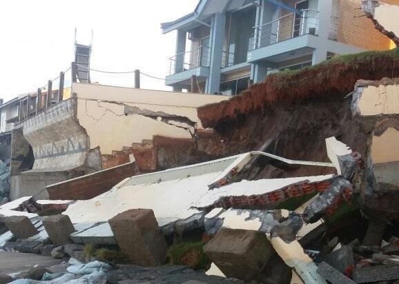 Ressaca danifica casas em Barra Velha, no litoral de SC