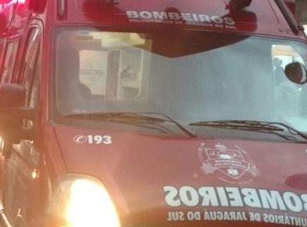 Ciclista fica gravemente ferido após bater em poste na Ilha da Figueira, em Jaraguá do Sul