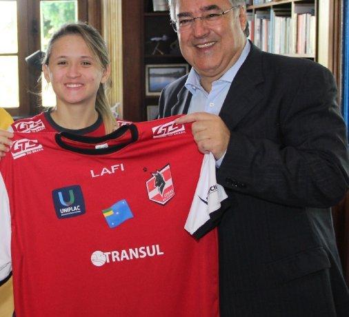 Governador Colombo recebe jogadora de futsal que foi eleita a melhor do mundo