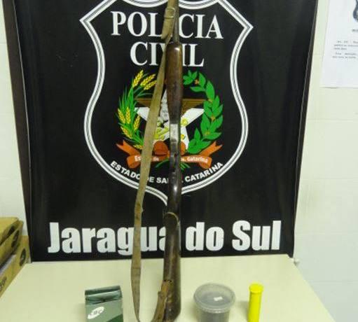 Polícia Civil de Jaraguá prende homem por posse irregular de arma de fogo e munições