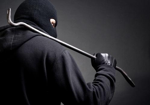 Mulher percebe ladrão tentando arrombar residência em Massaranduba