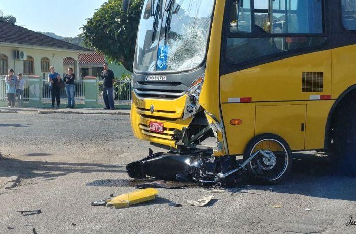 Motocicleta vai parar embaixo de ônibus em acidente em Jaraguá do Sul