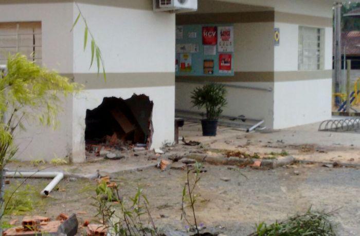 Veículo abriu buraco em posto de saúde no Rio Cerro II