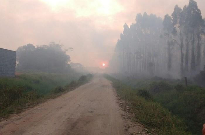 Fumaça de incêndio que já dura mais de 10 dias preocupa moradores em Barra Velha
