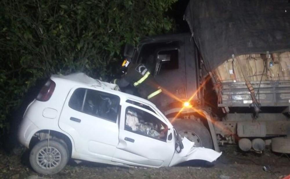 acidente-entre-carro-e-caminhao-na-br-470