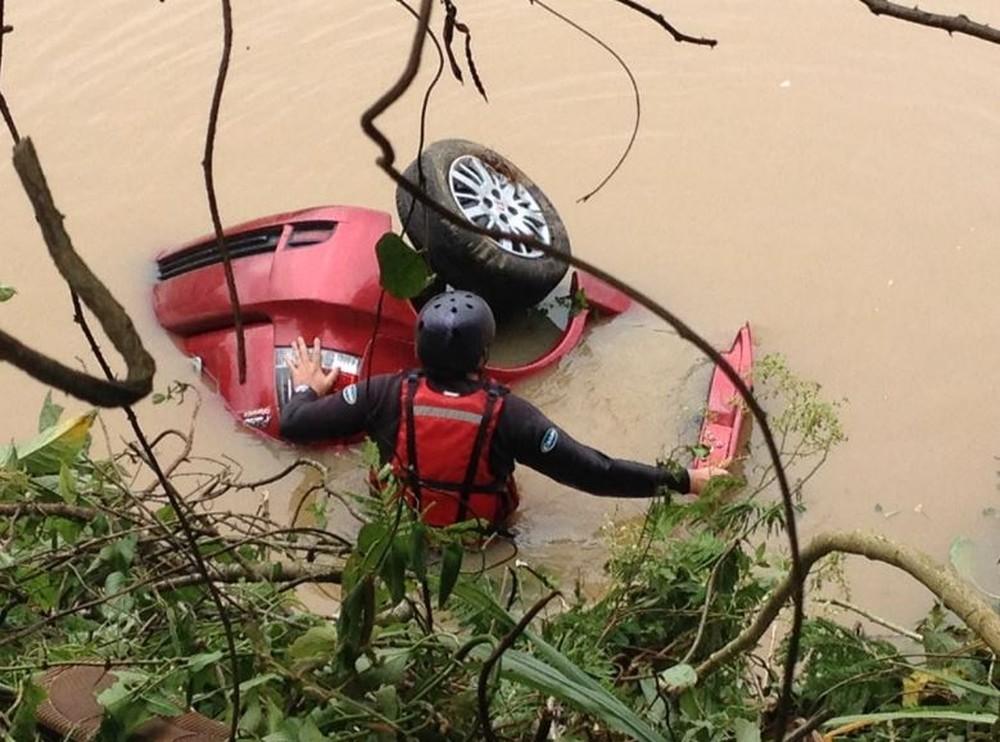 Idoso foi resgatado pelos bombeiros de Ascurra (Foto: Eduardo Cristófoli/NSC TV)