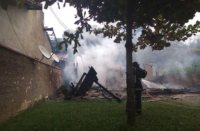 Incêndio causa destruição de residência em Jaraguá do Sul
