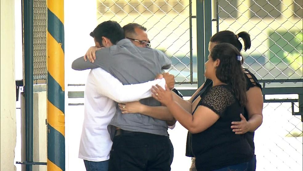 Família se abraça após liberdade de pai (Foto: Reprodução/GloboNews)