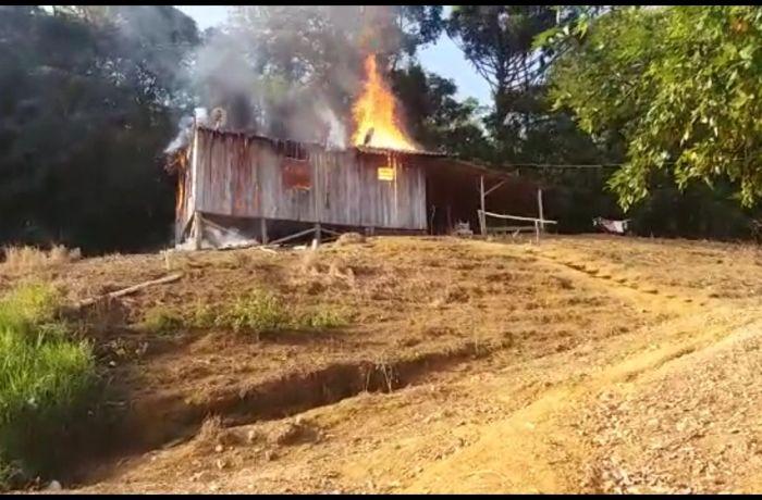 Casa de madeira é consumida por incêndio em Guaramirim