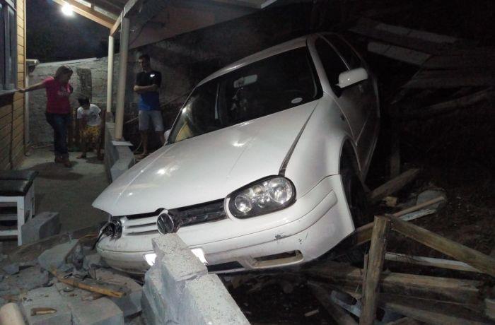 Carro cai de uma altura de doze metros e atinge casa em Blumenau