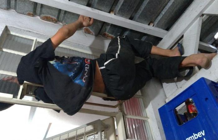 Jovem de 13 anos tenta furtar mercado e fica preso na janela em São Bento do Sul