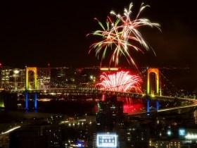 出典:冬の東京湾に花火が!「お台場レインボー花火2014」が今年も開催 | Banq [バンク]