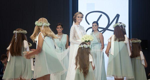 El desfile se cerró con una novia con sus damas y las niñas que llenaron de flores la pasarela para ella