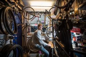Sykkelreparatør Christopher Wedø har åpnet verksted i Klinkenberggaten, med spesialitet på danske bysykler. Nå åpner han i nye større lokaler