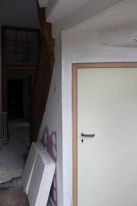 Porte de la cave entrée de service bâtiment D