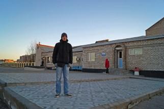 """Hurra! Zabajkalsk! a w tle budynek """"dworca"""" autobusowego"""