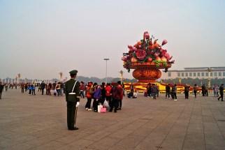 Plan Tiananmen i chińskie zamiłowanie do klombów :) Ciekawostka: na placu jakieś 98% stanowili chińscy turyści, masowo zwiedzający swój kraj. To my stanowiliśmy egzotykę, może dlatego mnóstwo osób chciało sobie robić zdjęcia z blond Pchłą :)