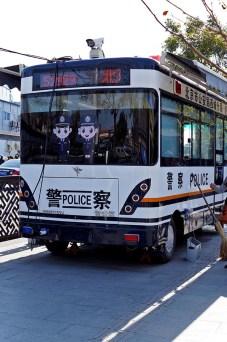 Gdyby ktoś zastanawiał się nad kwestią bezpieczeństwa, w samym Pekini na rogu nawet najmniejszej uliczki stoi policjant albo przedstawiciel straży obywatelskiej, mobilne posterunki policji są widoczne przy większych skrzyżowanaich. Nie ma mowy o przewrocie politycznym, puczu czy choćby malutkim proteście ;)