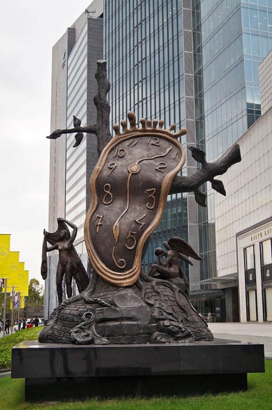 Zegar Salvadora Dali znaleźliśmy podczas poszukiwań jednej ze świątyń. To jeden z dwóch egzemplarzy na świecie, drugi znajduje sie w Londynie.