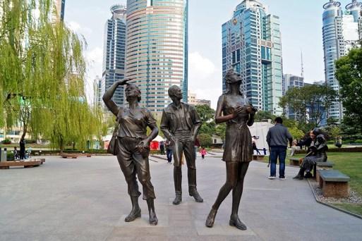 O dziwacznych rzeźbach radosnych turystów pisaliśmy już przy okazji Mandżurii, w Szanghaju oczywiście też nie mogło ich zabraknąć ;)