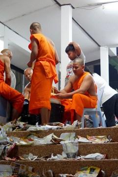 W niektórych świątyniach to właśnie mnisi zajmują się robieniem skromnych krathongów...