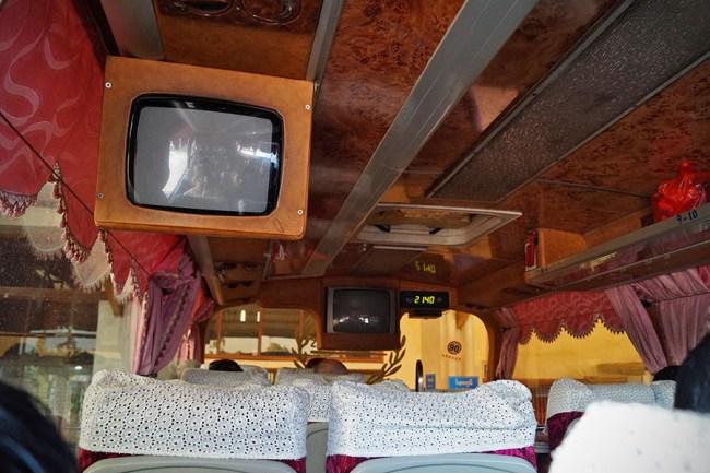 Pierwszy autobus, do którego wsiedliśmy wyglądał, jak mieszkanie z lat 70-tych. Okazało się, że autobus V.I.P. z Wientian do Luang Prabang był najlepszym środkiem transportu, na jaki trafiliśmy.