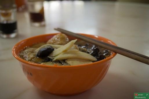 Miska wegetariańskiej zupy grzybowej w przyświątynnej stołówce, Longhua Temple