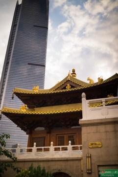 Jing'an Temple w otoczeniu drapaczy chmur